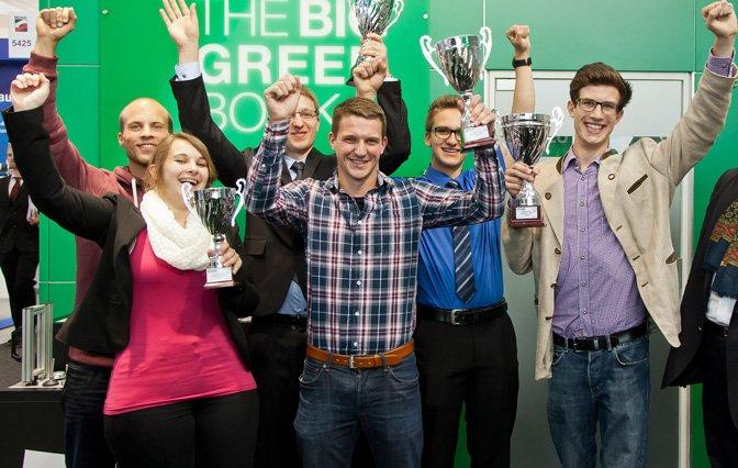 Engineering Newcomer 2015 Schüler und Studenten mit Pokal in der Hand