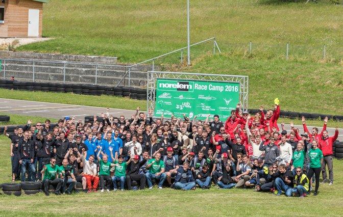 FormulaStudent_RaceCamp2016 Gemeinschaftsbild auf der Wiese der Rennstrecke