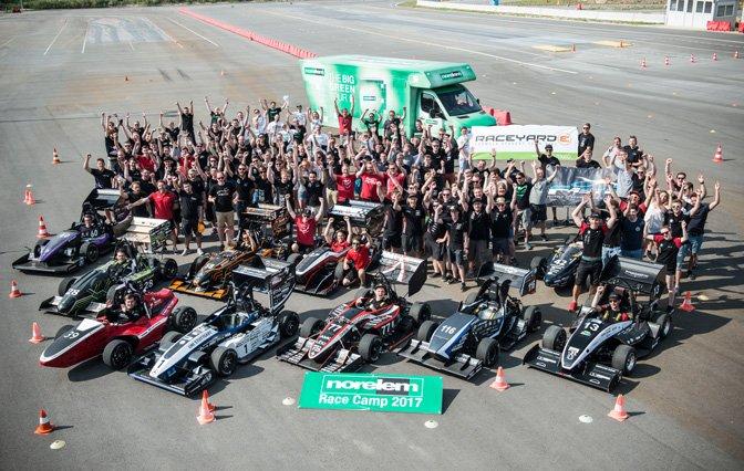 FormulaStudent_RaceCamp2017 Gemeinschaftsbild auf der Rennstrecke mit Leichtbau Rennfahrzeuge