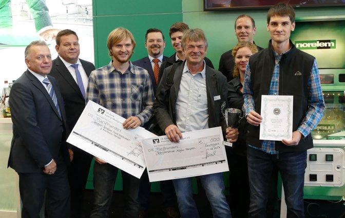 Engineering Newcomer 2017 Gewiner mit Preisgeld Checks und Urkunde in der Hand