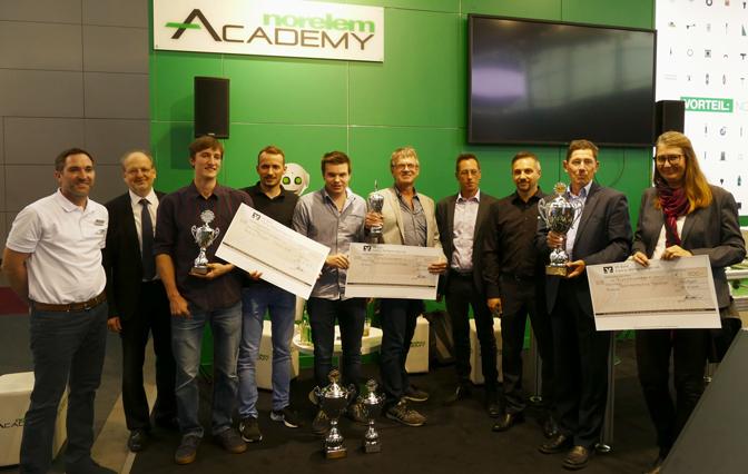 Engineering Newcomer Gewinner mit Pokal und Preisgeld