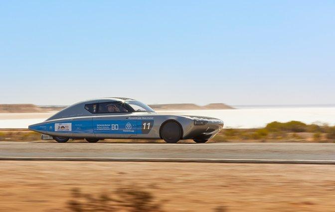 World Solar Challenge Fahrzeug blau silber in der Wüste